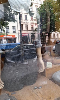 Schaufenster Berliner Herrenausstatter.