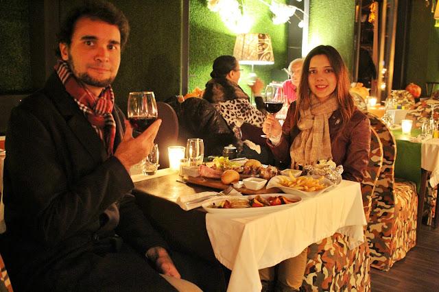 No restaurante L'Epicuren Marrakech. Tiramos a barriga da miséria com um prato de carnes. E foi barato para o nível de chiqueza do lugar!