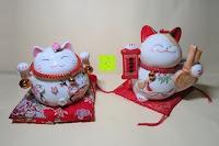 Vergleich vorne: Japanische Maneki Neko Glückskatze aus Porzellan (Klein, 12 cm)