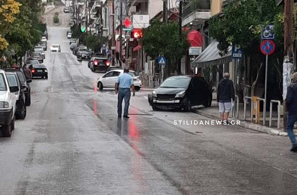 Στυλίδα: Πρωινό τρακάρισμα στην κεντρική πλατεία (φωτογραφίες)