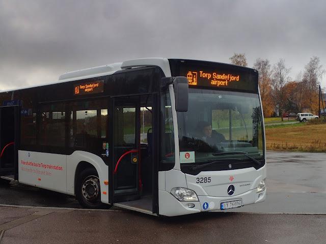 Shuttle bus między lotniskiem a stacją Torp