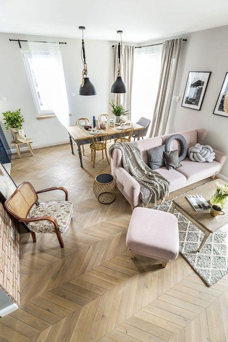 Salón rectangular de estilo nórdico.