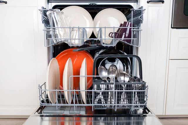 cara-mencuci-dan-mendisinfeksi-peralatan-dapur-kayu