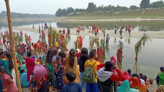बरहपुर घाट पर उमड़ी भीड़, सूप में ठेकुआ फल सजाकर डूबते सूर्य को दिया अर्घ्य | #NayaSaberaNetwork