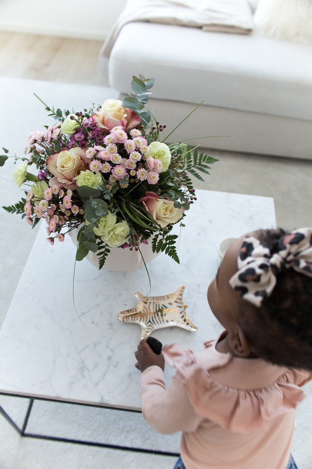 Villa H, sisustus, kukkakimppu, olohuone, afrohiukset,