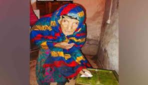 বাইরে প্রচন্ড শীত উপেক্ষা করেই কাশ্মীরে ভোট দিতে এলেন ১০৫ বছরের বৃদ্ধা