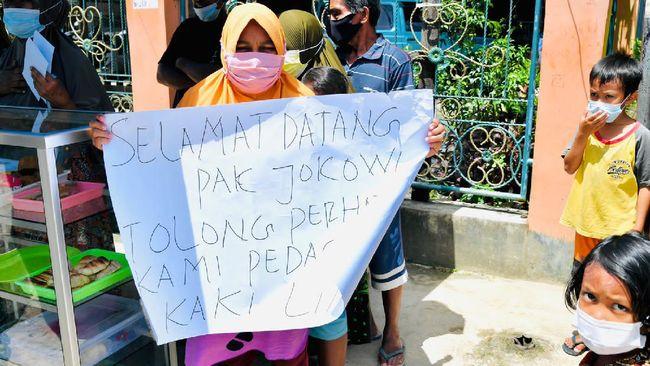 Hampiri PKL Sorong Bentangkan Poster, Jokowi: Saya Kira Demo Itu Tadi