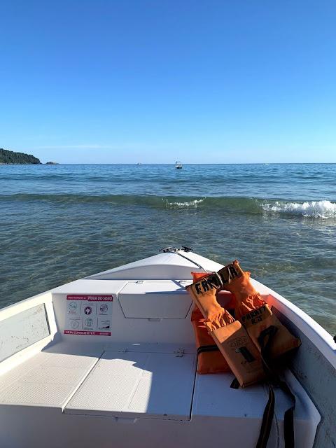 borda de lancha rapida com aguas do mar no horizonte