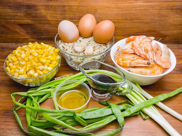 Жареный рис с яйцом, кукурузой и луком на сковороде