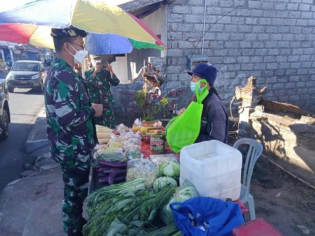 TNI BAGIKAN PAKET SEMBAKO UNTUK WARGA TERDAMPAK COVID-19