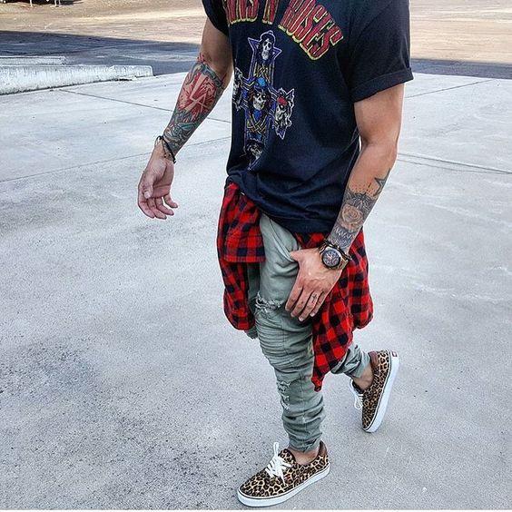 Look Estilo Rock Masculino com Camiseta de Banda e Camisa Xadrez na Cintura