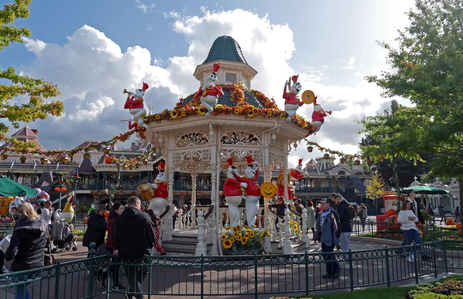 Ghost-like characters and pumpkins on Main Street, Disneyland Paris