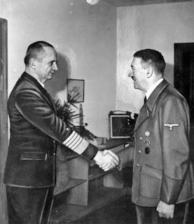 Karl Doenitz (à esquerda) e Adolf Hitler