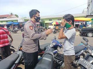 Bhabinkamtibmas Polsek Cendana Bagikan  Masker dan Beri Imbauan Prokes ke Warga