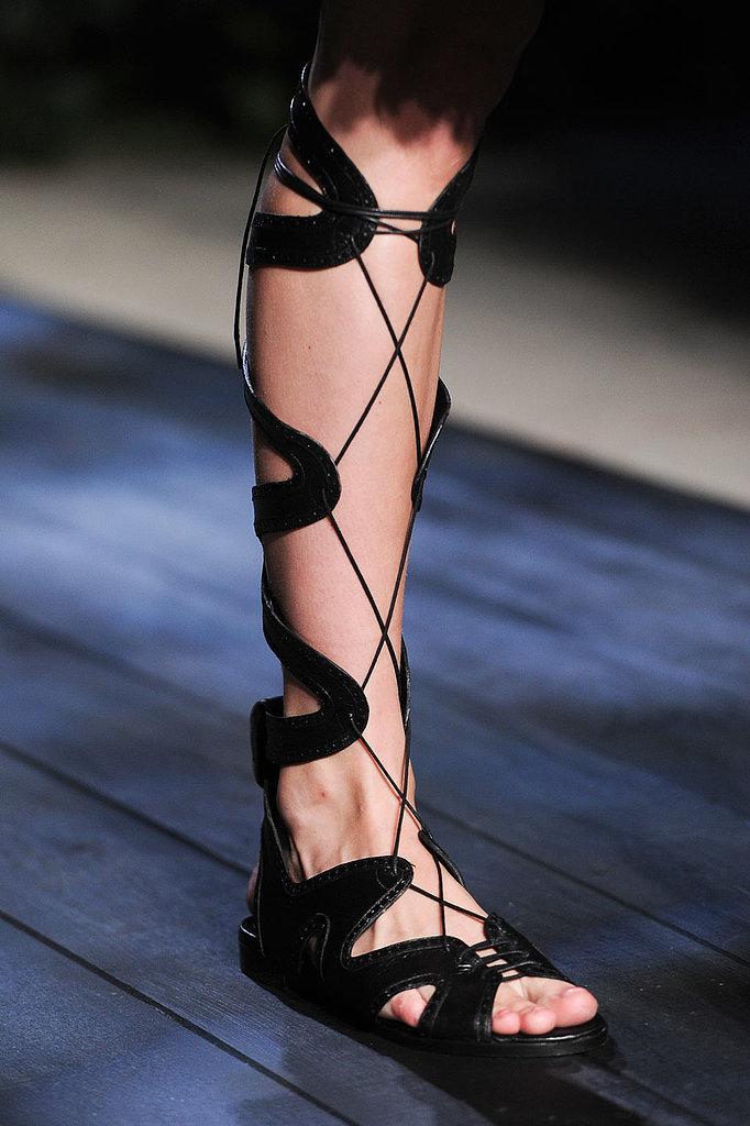 dbf4d196248 Το γεγονός πως τα κορδόνια δένουν το παπούτσι ή το πόδι σας, κάνουν το  βάδισμά σας πιο σίγουρο και σταθερό, οπότε το περπάτημα επάνω στα  ψηλοτάκουνα γίνεται ...