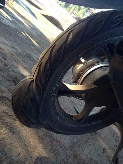 """Lốp xe bị """"chửa"""" ngày nắng nóng, chủ xe cần xử lý thế nào?"""
