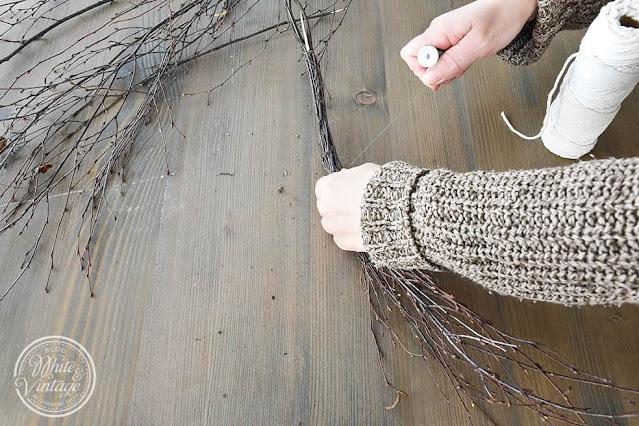 Zweige mit Basteldraht umwickeln