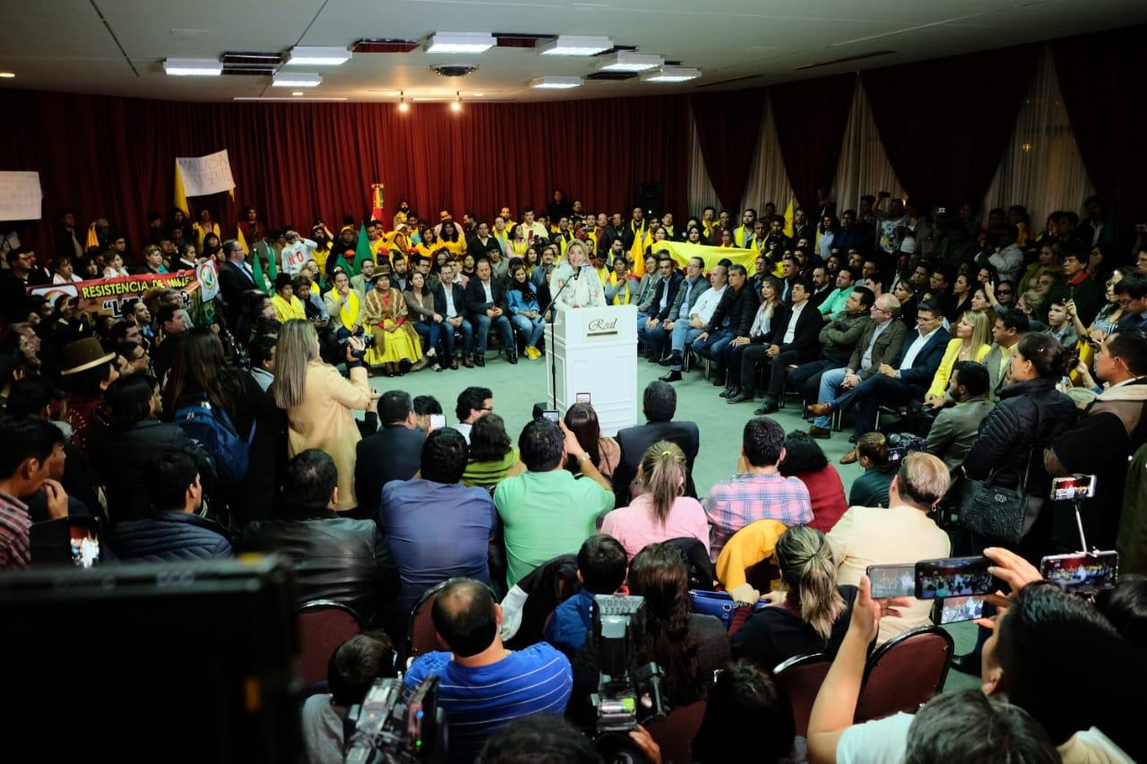 Áñez rodeada por militantes y dirigentes de SOL.BO, UNIR, TODOS y los Demócratas / RRSS