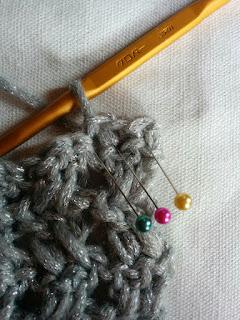 段の初め:引抜き編み3目で進んだところ 緑→黄色→ピンクの順に編む。