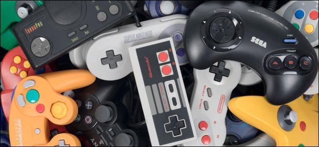 كومة من أجهزة التحكم في ألعاب الفيديو الرجعية.