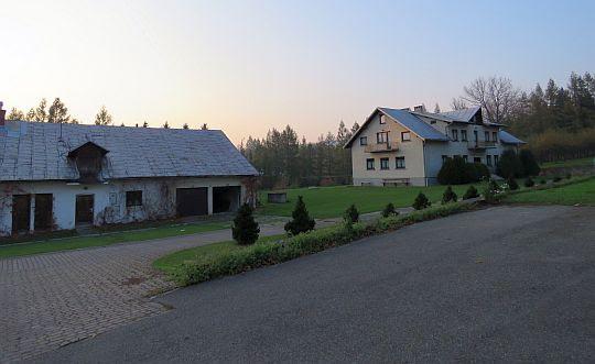 Dom Franciszkański (z prawej).