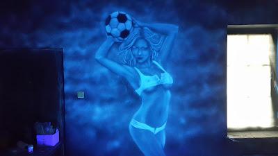 NIETYPOWY WYSTRÓJ BARU, malowanie graffiti UV farbami fluorescencyjnymi
