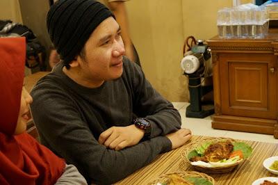 tidak hanya makanan, Radit pun siap jadi model food blogger di Pontianak
