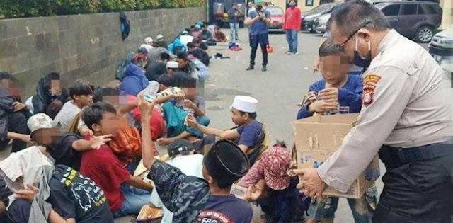 Sekitar 40 Anak Terlantar Di Antara Aksi Demo Tolak RUU HIP di DPR