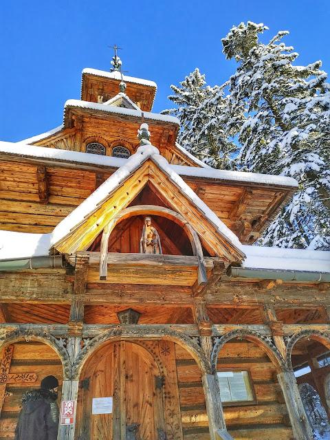 Jaszczurówka w Zakopanym zimą, drewniana kapliczka
