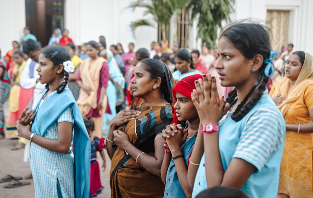 umat kristen india sedang berdoa