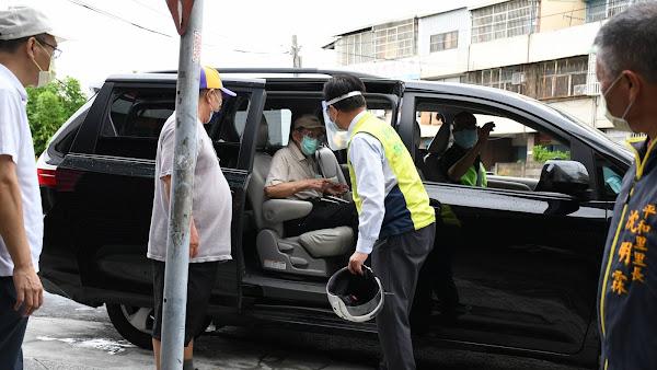 溫馨接送情 彰化市長林世賢座車接送長者打疫苗