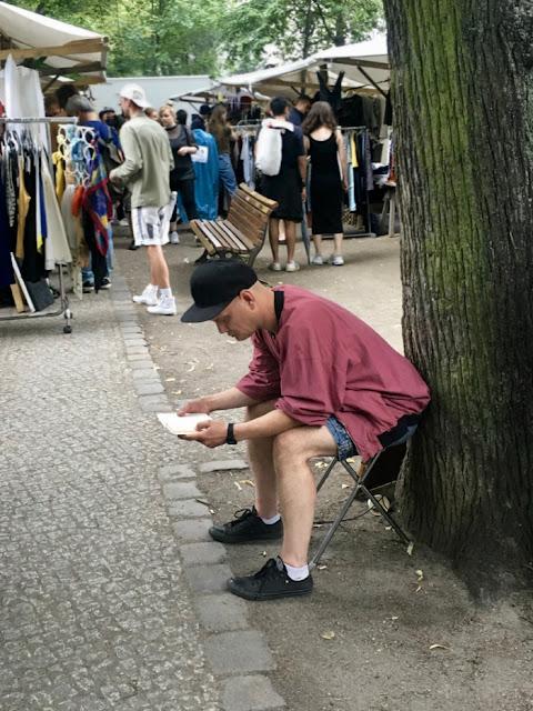 Konzentrierter Leser auf einem Flohmarkt