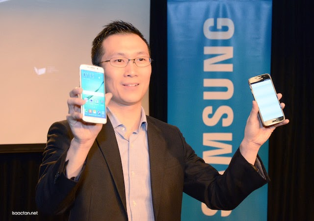 Luke Au, Head of Product Marketing, Mobile Division, Samsung Malaysia Electronics holding out the goods