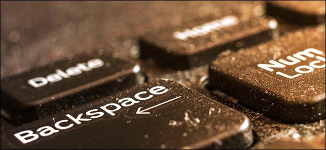 لوحة مفاتيح كمبيوتر محمول سيئة ومليئة بالغبار.