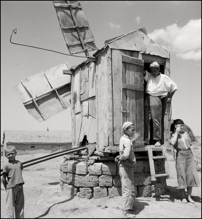 Крымскотатарские дети во время сбора урожая у мельницы-колодца