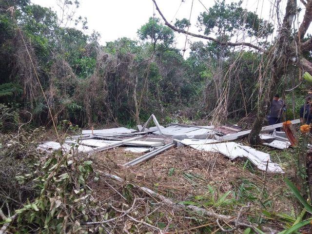 Operação conjunta da fiscalização da ilha demoliu nove barracos em áreas de invasão