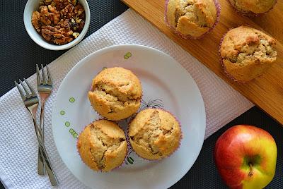 Muffinki bananowo-jabłkowe z orzechami włoskimi