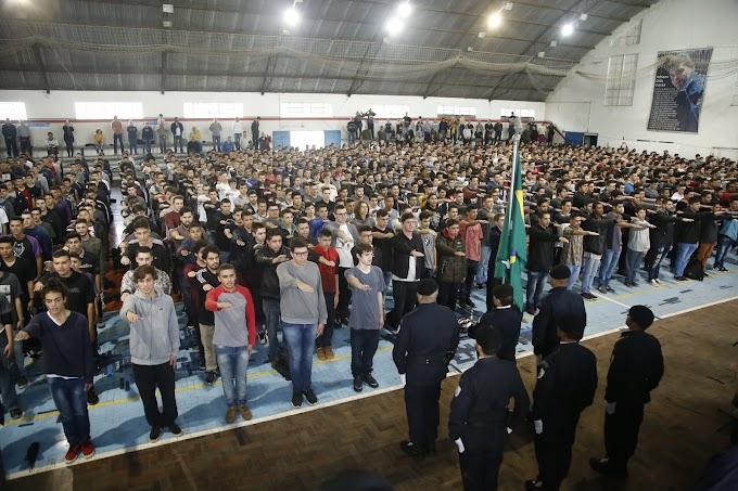 Jovens de Gravataí juram à bandeira em cerimônia para dispensa de serviço militar obrigatório