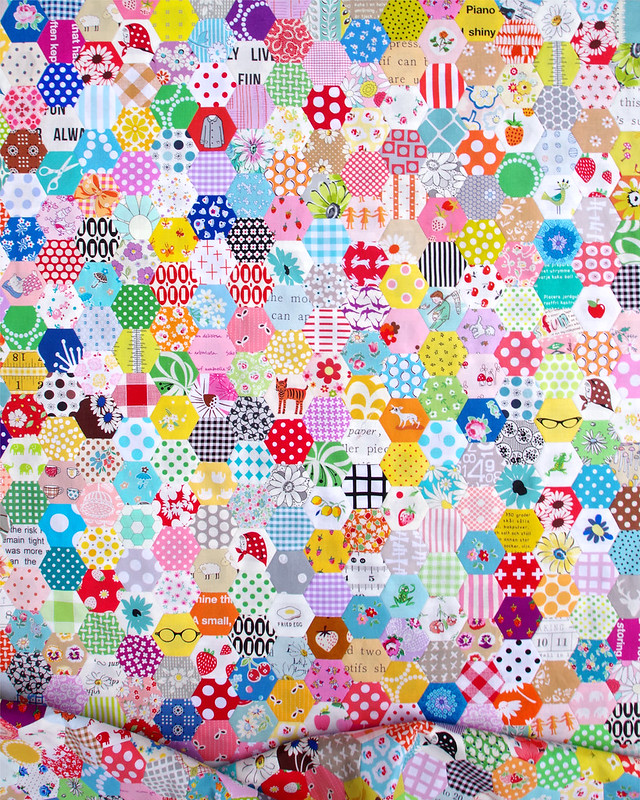 Scrappy Hexagon Quilt | © Red Pepper Quilts 2019 #scrapquilt #slowsewing #englishpaperpiecing
