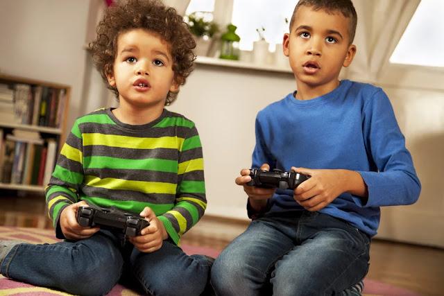 Meninos jogando videogame em casa