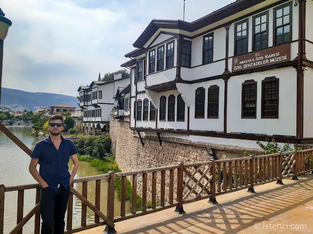 Harun İstenci Amasya'da Yeşilırmak Nehri üzerinde Yalıboyunda...
