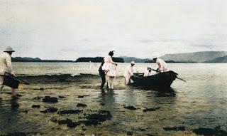 beberapa turis dan perahu di laut tapanuli