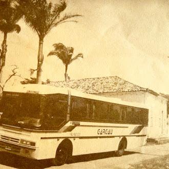Gargaú empresa que contribuiu muito para diminuir as dificuldades de distâncias do antigo sertão. Ônibus  em frente a casa do Barão da Tipity em Barra do Itabapoana.