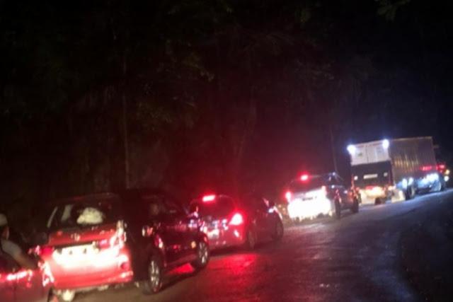 Jalan Poros Bone-Makassar Macet Total, Ratusan Kendaraan Tertahan