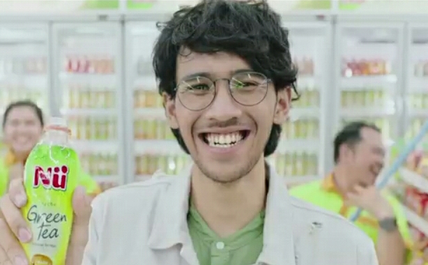 Nama Pemeran Cowok Pakai Kacamata Iklan Nu Green Ini Buat Kamu