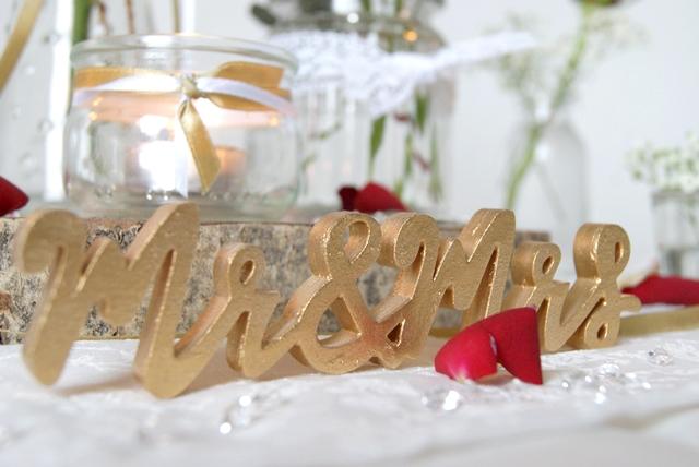 Tischdeko mit goldenem Schriftzug und weißer Spitze