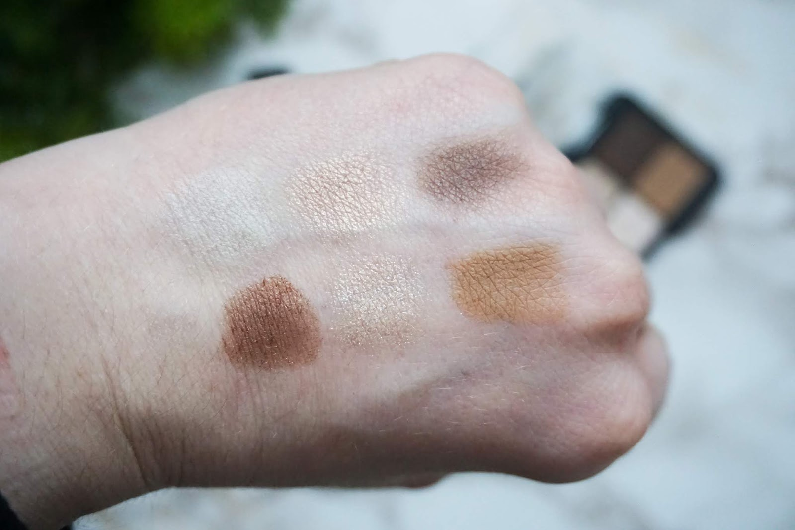 Modern Neutralist Palette à Porter in 050 Less is More Catrice Swatch