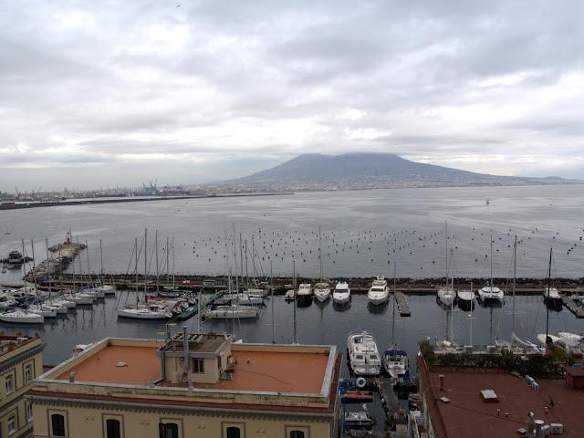 port jachtowy Neapol, widok na Wezuwiusza