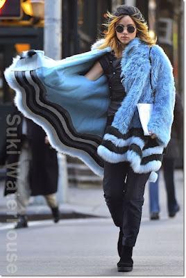 スキ・ウォーターハウス(Suki Waterhouse)は、サンローラン(Saint Laurent)のサングラスを身につけ、重くなりがちなファーコートをさらりと着こなしカジュアルテイストに。
