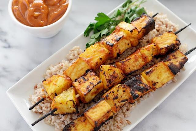 como fazer espetinho vegano de tofu